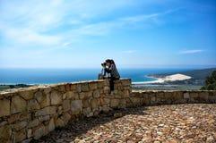 拍摄风景照片的女性摄影师 免版税库存图片