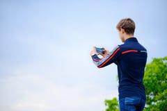 拍摄风景照片的年轻人使用流动巧妙的电话 免版税图库摄影