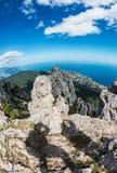 拍摄高岩石克里米亚半岛山的人的阴影 库存照片