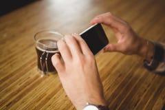 拍摄他的咖啡的人 库存图片