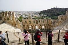 拍摄Herodes埃迪克,希腊Odeon的照片游人  免版税库存照片