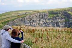 拍摄Moher,县克莱尔,爱尔兰的峭壁人们 库存图片