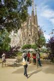 拍摄Sagrada Familia大教堂的人们 免版税库存照片