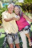拍数字照相机照片的高级夫妇自行车 库存图片
