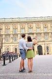 拍斯德哥尔摩王宫的照片游人 库存图片