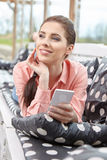 拍智能手机selfie照片的妇女 免版税图库摄影