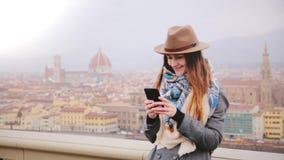 拍智能手机selfie照片的愉快的女性游人在秋天佛罗伦萨,意大利难以置信的全景,享受看法 影视素材