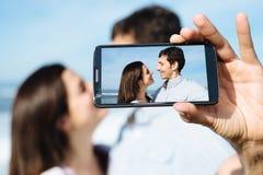 拍智能手机selfie照片的旅行的恋人 免版税库存图片