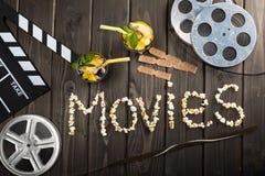 拍板、饮料、票和电影字法顶视图在桌上 免版税库存图片