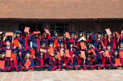 拍毕业照片的亦称越南学生在寺庙文学,它孔庙在河内 库存照片
