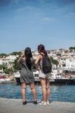 拍海岸的全景的照片游人与电话的 免版税库存照片