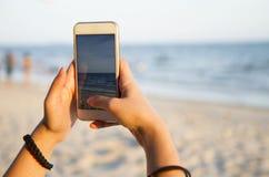 拍海滩风景的照片妇女 库存图片