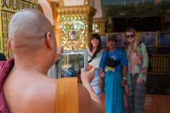 拍游人的照片修士 免版税库存照片