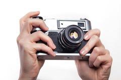拍照片使用35mm经典之作照相机 库存图片