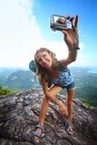 拍照片在山顶部 免版税库存图片