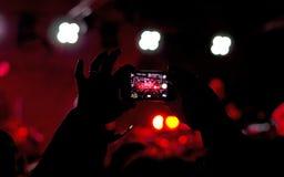 拍照片在音乐会 免版税库存图片