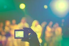 拍照片在音乐会 免版税库存照片