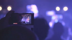 拍照片或记录有他们巧妙的电话的人们录影在音乐音乐会 影视素材