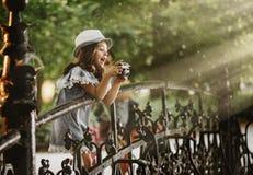 拍照片的一个逗人喜爱的小女孩的画象 免版税库存照片