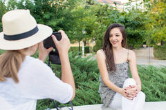 拍照片的两个朋友在公园 免版税图库摄影