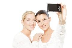 拍照片的二个少妇 免版税库存照片