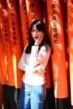 拍照片的亚裔访客在红色Torii门 免版税库存照片