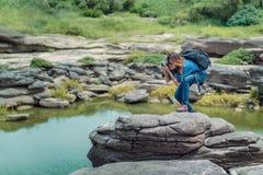 拍照片的亚洲妇女 免版税库存照片