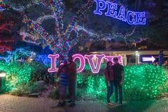 拍照片的人们在光亮的和平,爱,从双桅船的喜悦文本附近 图库摄影