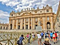 拍照片的人们在圣伯多禄` s大教堂在梵蒂冈 免版税图库摄影