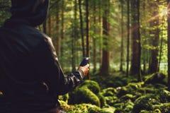 拍照片的人在森林 免版税图库摄影