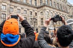 拍照片的人群在Koninginnedag 2013年 免版税库存图片