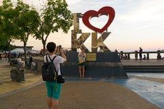 拍照片的人们在亚庇江边 库存图片