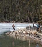 拍照片的人们在路易丝湖和山 免版税库存照片