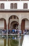 拍照片的人们在阿尔罕布拉宫 免版税库存照片