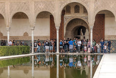 拍照片的人们在阿尔罕布拉宫 库存图片