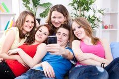 拍照片的他们自己的朋友 免版税图库摄影