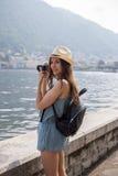 拍照片的可爱的女孩 免版税库存图片