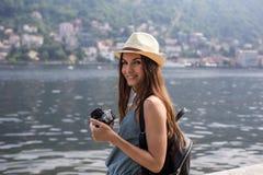 拍照片的可爱的女孩 免版税库存照片