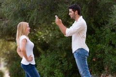 拍照片的夫妇室外与数字式片剂 图库摄影