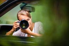 拍照片的女性摄影师/无固定职业的摄影师 免版税库存照片