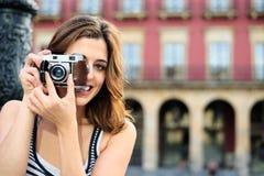 拍照片的女性游人在西班牙 免版税库存图片