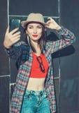 拍照片的她自己的美丽的女孩, selfie 图库摄影