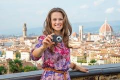 拍照片的妇女在佛罗伦萨,意大利 免版税库存照片