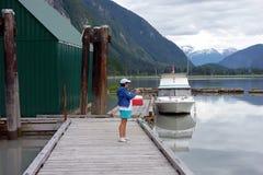 拍照片的妇女在斯图尔特游艇俱乐部 库存图片