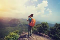 拍照片的妇女远足者远足在山峰 图库摄影