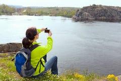 拍照片的妇女远足者 库存照片