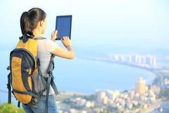 拍照片的妇女远足者 免版税图库摄影