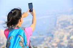 拍照片的妇女远足者 免版税库存图片