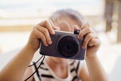 拍照片的孩子对照相机 库存图片