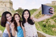 拍照片的小组十几岁的女孩 免版税库存照片